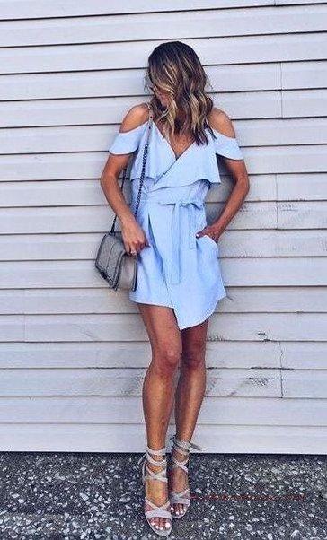 2020 En Trend Mavi Renk Elbise Kombinleri Mavi Mini Kısa Kollu Omuz Dekolteli Cepli Elbise Gri Topuklu Ayakkabı