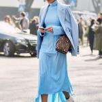 2020 En Trend Mavi Renk Elbise Kombinleri Mavi Uzun Boğazlı Asimetrik Etekli Elbise Ceket Beyaz Kısa Topuklu Bot