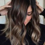 2020 En Trend Saç Renkleri ve Saç Modelleri Açık Renkli Koyu Çikolata Renkli Dağınık Saç Modeli
