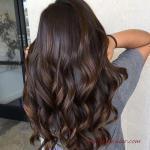 2020 En Trend Saç Renkleri ve Saç Modelleri Kestane Vurgulu Uzun Çikolata Kahve Dalgalı Saç Modeli
