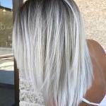 2020 En Trend Saç Renkleri ve Saç Modelleri Koyu Gümüş Kök Sarışın Balyajlı Düz Saç Modeli