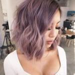 2020 En Trend Saç Renkleri ve Saç Modelleri Lila Orta Boy Dalgalı Saç Modeli