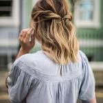 2020 Günlük Şık Kolay Saç Modelleri Sarı Yanlardan Bükülmüş Yarım Toplama
