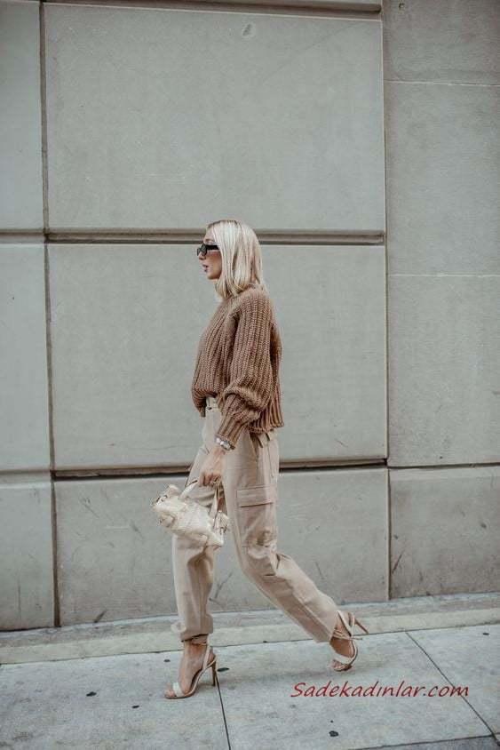 2020 Kargo Pantolon Modelleri İle Günlük Kombinler Krem Pantolon Kahverengi Salaş Kazak Krem Stiletto Ayakkabı
