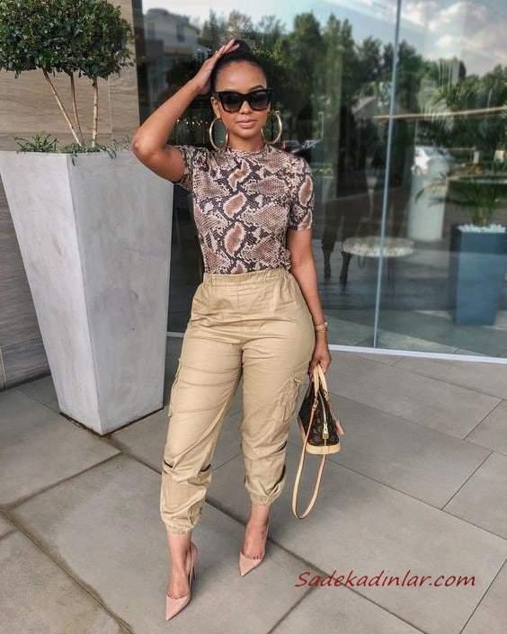 2020 Kargo Pantolon Modelleri İle Günlük Kombinler Krem Pantolon Kahverengi Yılan Derisi Desenli Bluz Pudra Stiletto Ayakkabı