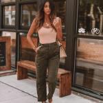 2020 Kargo Pantolon Modelleri İle Günlük Kombinler Yeşil Pantolon Pudra Askılı Bluz Krem Topuklu Ayakkabı