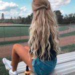Günlük Kombinler İçin 2020 Uzun Saç Modelleri Dalgalı Aşağı Bükümlü Yarım Topuz Saç