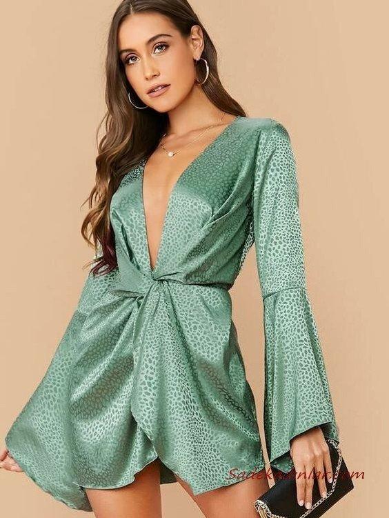 Yaz Davetleri İçin Çarpıcı ve Şık 2020 Abiye Elbise Modelleri Yeşil Saten Mini Uzun Kollu Derin V Yakalı Desenli