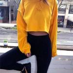 İlkbahar Yaz İçin En Şık 2020 Crop Top Bluz Kombinleri Siyah Tayt Sarı Kapşonlu Uzun Kollu Crop Top Bluz